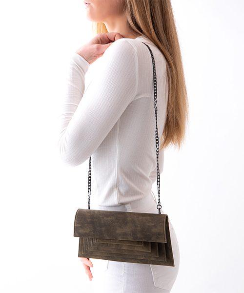 Pochette Mide indossata, in camoscio nappato, colore marrone chiaro con stampa effetto macchia