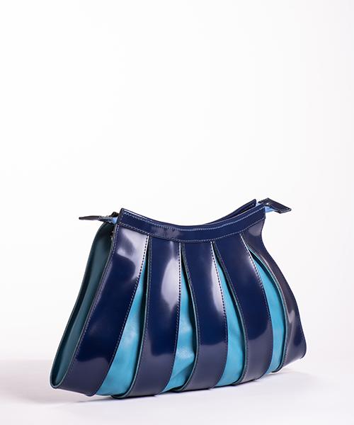 Borsa Nica big, con tracolla staccabile, in pelle di colore blu effetto vernice e azzurro
