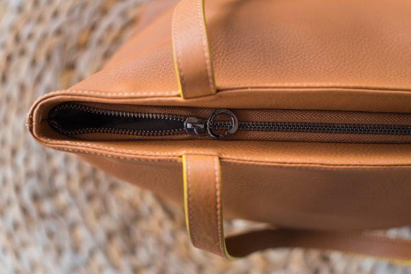 dettaglio chiusura borsa in pelle, colore cuoio