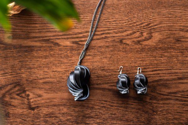 Bijoux Shell, orecchini e collana, in pelle colore nero