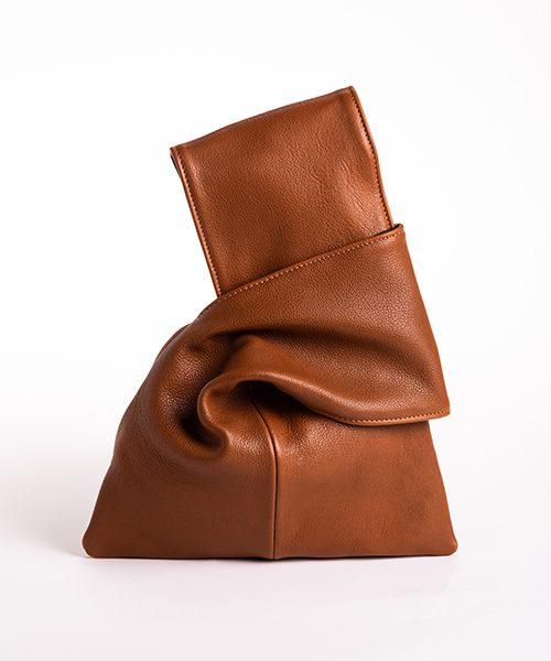Pochette Kyo da polso in vera pelle, colore marrone.