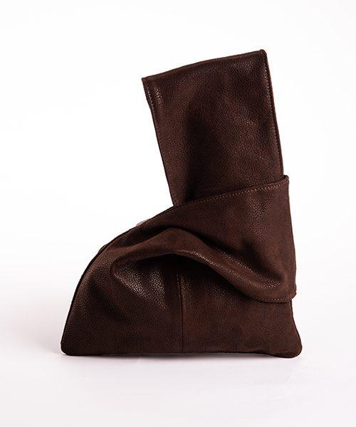 Pochette Kyo da polso in vera pelle, colore e marrone scuro.