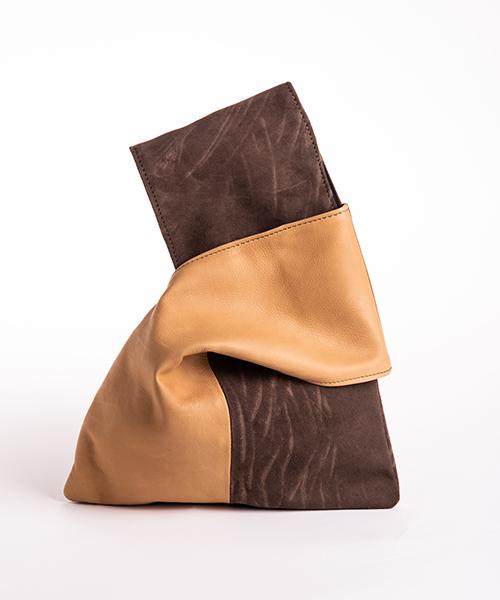 Pochette Kyo da polso in vera pelle, colore beige e marrone.