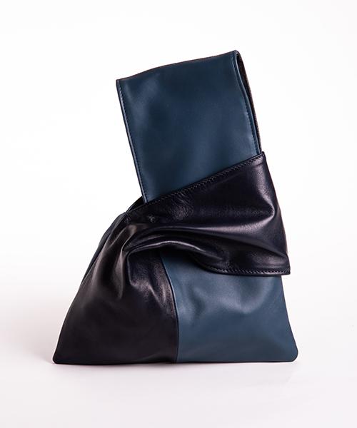 Pochette Kyo da polso in vera pelle, colore blu e blu scuro.
