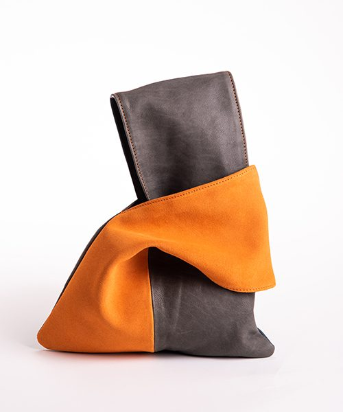 Pochette Kyo da polso in vera pelle, colore grigio e arancione.