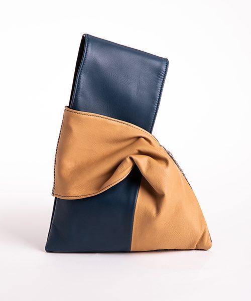 Pochette Kyo da polso in vera pelle, colore blu e beige.