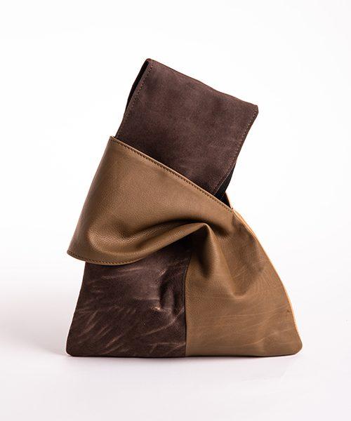 Pochette Kyo da polso in vera pelle, colore marrone beige scuro.
