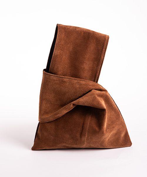 Pochette Kyo da polso in vera pelle, colore marrone chiaro.