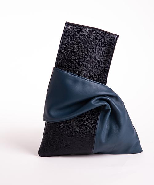 Pochette Kyo da polso in vera pelle, colore blu notte e blu.