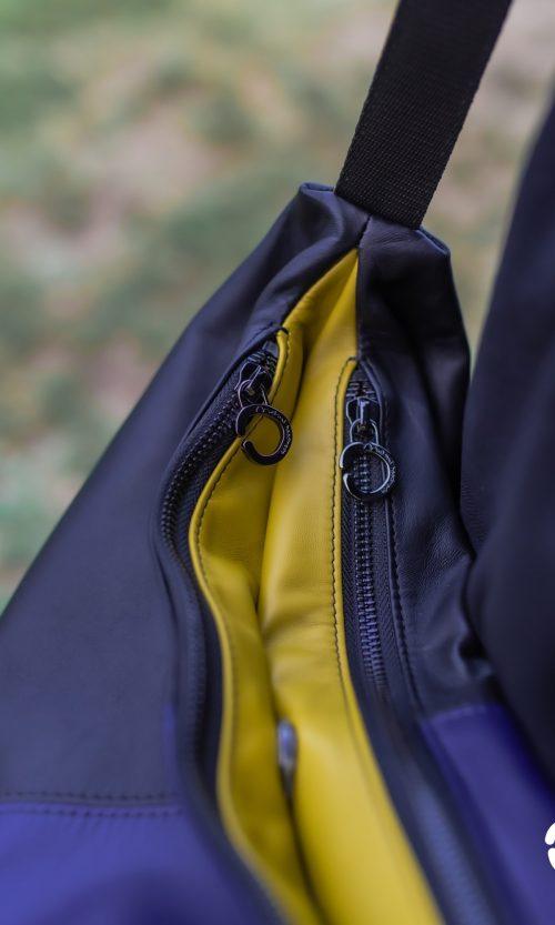 Borsa a tracolla Azy in vera pelle, dettaglio zip. Colore blu, nero e verede. Made in Italy
