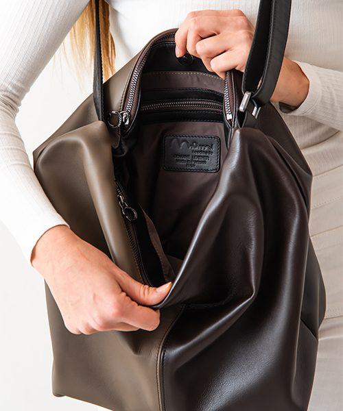 Borsa con tracolla regolabile, dettaglio interno taschino con zip, in vera pelle, colore marrone scuro, nero e fango.