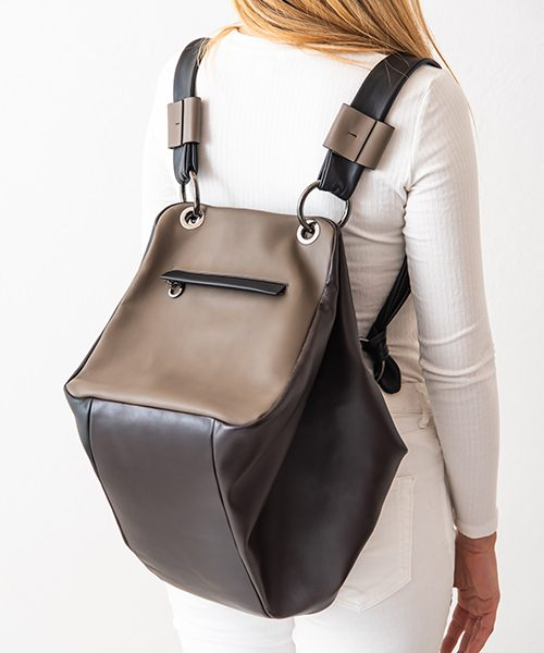 Zaino Diu trasformabile in borsa a spalla, realizzato in vera pelle, colore marrone, nero e fango. Made in Italy