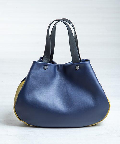 Borsa Tita, graziosa e capiente realizzata in nappa, colore blu-viola, verde e nero.