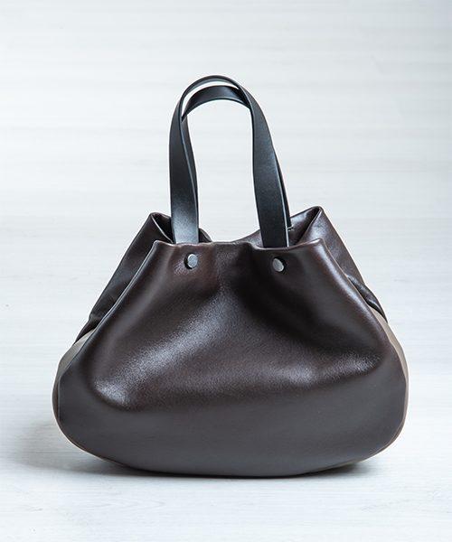 Borsa Tita, graziosa e capiente realizzata in nappa, colore marrone testa di moro, nero e fango.