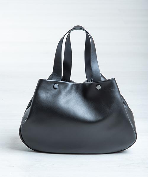 Borsa Tita, graziosa e capiente realizzata in nappa, colore nero