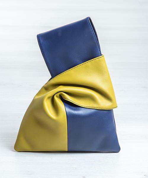 Pochette Kyo da polso, in vera pelle, colore blu e verde. Made in Italy