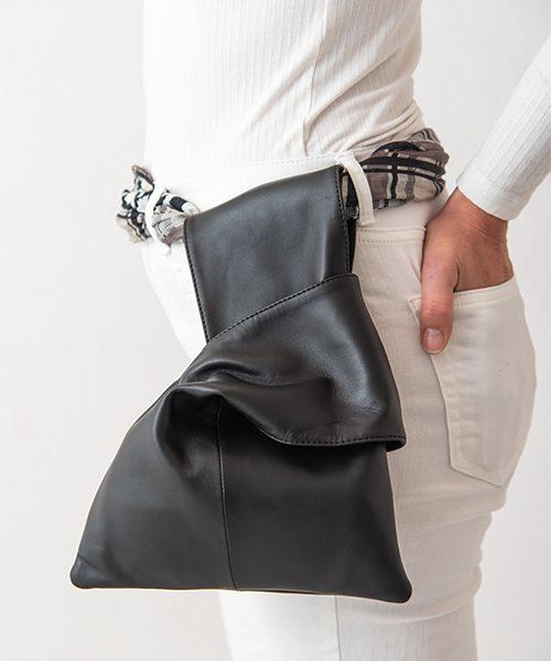 Pochette da polso modello Kyo, in vera pelle colore nero. Made in Italy