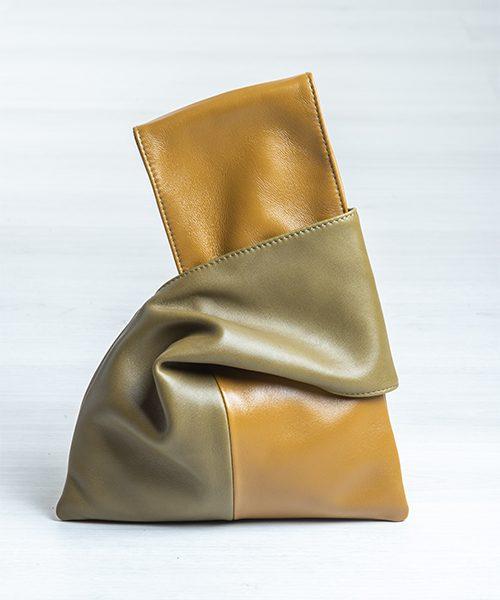 Pochette Kyo da polso, realizzata in vera pelle, colore verde oliva e senape. Made in Italy