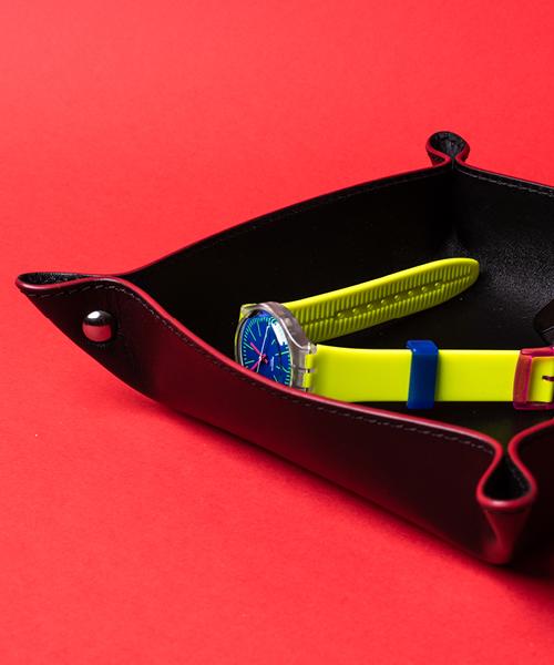 Svuotatasche in pelle , colore nero con bordino rosso.