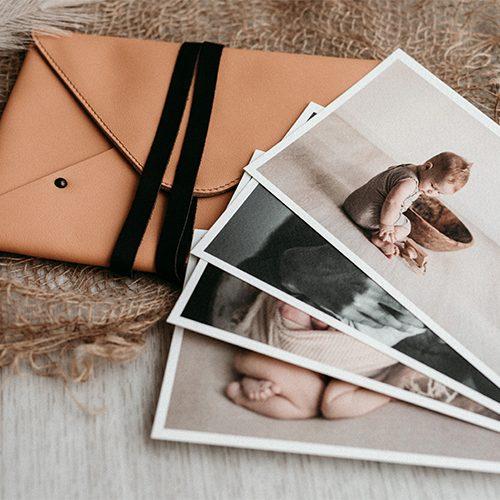 Pochette custodia per fotografie, in pelle color paglia.