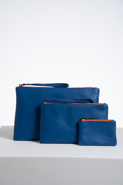 Still life di pochette e portamonete di colore blu
